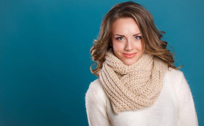 Kvinde i sweater og tørklæde